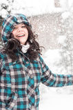 Frau im Schnee am Winter lizenzfreie stockfotografie
