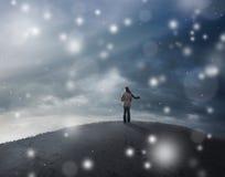 Frau im Schneesturm. Stockbild