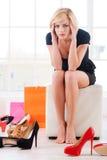 Frau im Schuhgeschäft. Stockfotos