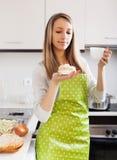 Frau im Schutzblech mit Kuchen und Tee Stockfoto