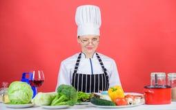 Frau im Schutzblech weiß alles über kulinarische Kunst Kulinarische Ausbildung Kulinarischer Experte Frauenchefkochen gesund lizenzfreies stockfoto