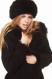 Frau im schwarzem Pelzhut und -mantel Stockfotografie