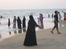 Frau im Schwarzen auf indischem Strand Lizenzfreie Stockfotografie