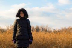 Frau im Schwarzen, das allein auf einem Gebiet steht Stockbilder