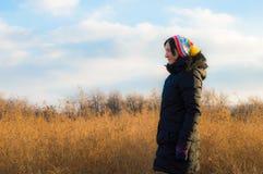 Frau im Schwarzen, das allein auf einem Gebiet steht Stockfotografie