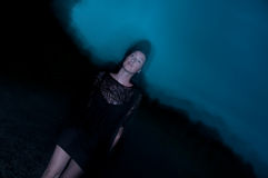 Frau im Schwarzen eingehüllt in Dunkelheit und in Geheimnis Stockbilder