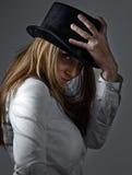 Frau im schwarzen Hut Stockbild