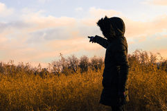 Frau im Schwarzen ihren Finger in Richtung zur Leerstelle zeigend Lizenzfreie Stockbilder