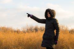 Frau im Schwarzen ihren Finger in Richtung zur Leerstelle zeigend Lizenzfreies Stockbild
