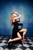Frau im schwarzen Kleid Stockfoto