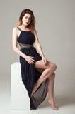 Frau im schwarzen Kleid im Studio Lizenzfreies Stockfoto