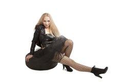 Frau im schwarzen Kleid mit Autoreifen Lizenzfreies Stockbild