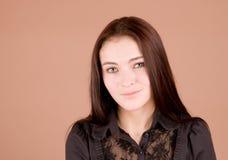 Frau im schwarzen Lächeln Lizenzfreie Stockfotografie