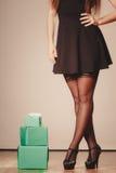Frau im Schwarzen mit Geschenken Stockfoto