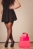 Frau im Schwarzen mit Geschenken Stockbild