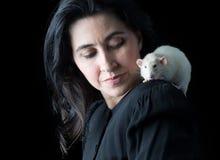 Frau im Schwarzen mit weißer Ratte Stockfotos