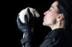 Frau im Schwarzen mit weißer Ratte - naher hoher Schuss Stockbilder