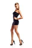 Frau im schwarzen paillettenbesetzten Minikleid Stockbilder