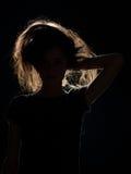 Frau im schwarzen Schatten mit dem verwirrten oben Haar Stockbild