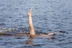 Frau im See des blauen Wassers Lizenzfreies Stockfoto