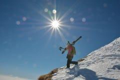 Frau im Skiort an einem sonnigen Tag stockbilder