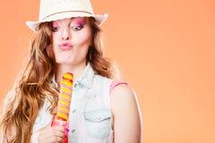 Frau im Sommerhut Wassereiscreme essend Lizenzfreies Stockfoto