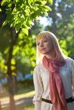 Frau im Sommerpark Stockfotografie