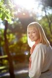 Frau im Sommerpark Lizenzfreie Stockfotos