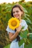 Frau im Sonnenblumenfeld Lizenzfreie Stockbilder