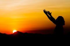 Frau im Sonnenuntergang Lizenzfreies Stockfoto