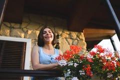 Frau im Sonnenunterganglicht Lizenzfreies Stockfoto