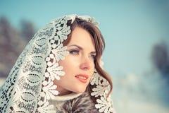 Frau im Spitzen- tippet im Winter Märchenmädchen in einer Winterlandschaft Weihnachten Lizenzfreies Stockfoto