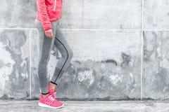 Frau im Sport Kleidung und Schuhe Lizenzfreie Stockfotografie