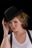 Frau im Stückhemd und im schwarzen Hut lizenzfreies stockbild