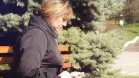 Frau im Stadtpark mit Tablette stock video footage