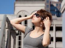 Frau im Stadtzentrum gelegen in der Sonnenbrille Stockfoto
