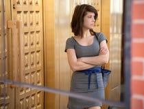 Frau im Stadtzentrum gelegen im Kleid Stockbilder