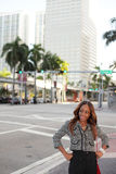 Frau in im Stadtzentrum gelegenem Miami Stockfoto