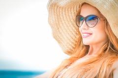 Frau im Strohhut, über Weiß, Sommerferienkonzept Lizenzfreies Stockbild