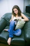 Frau im Stuhlmesswert Stockfotografie