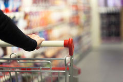 Frau im Supermarkt Lizenzfreies Stockfoto