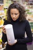 Frau im Supermarkt Stockfoto