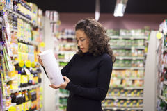 Frau im Supermarkt Stockfotografie
