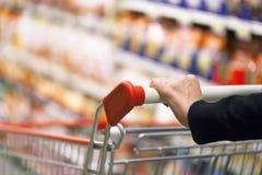 Frau im Supermarkt Stockbild
