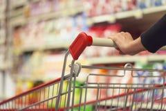 Frau im Supermarkt Lizenzfreie Stockbilder