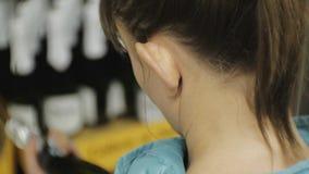 Frau im Supermarkt Nahaufnahme der jungen kaukasischen Frau im Matrosen den Aufkleber auf dem dunklen Flaschenwählen lesend stock video footage