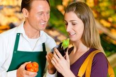 Frau im Supermarkt- und Systemassistenten Stockfoto