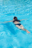Frau im Swimmingpool stockfoto