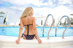 Frau im Swimmingpool. Stockbilder