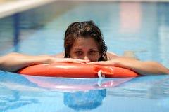 Frau im Swimmingpool stockfotos